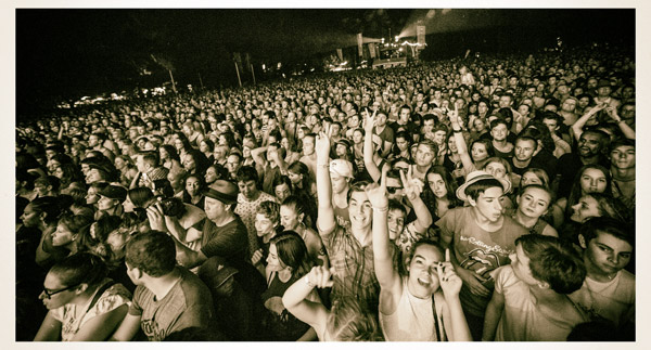 Audience-at-the-main-stage
