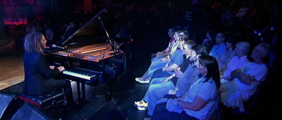 Musical comediene Tim Minchin performing before a live audience in the ABC Melbourne studios (image: ABC Online).